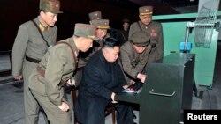 Президент КНДР во время инспекционной поездки по военным объектам в марте 2013