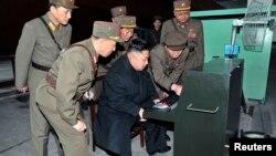Президент Ким Йонг Ил армиялык даярдыктарды көрүүдө