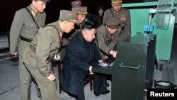 Кім Чен Ин відвідує секретний військовий об'єкт, 24 березня 2013 року