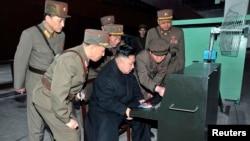 کیم جونگ اوون (نشسته) رهبر کره شمالی در حال بازدید از تاسیسات نظامی.