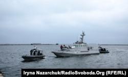 Після того, як Росія повернула захоплені нею у Керченській протоці українські кораблі, бронекатер «Нікополь» тягнуть на буксирі до порту Очакова. 20 листопада 2019 року