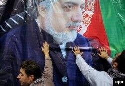 Abdullah Abdullah-ın şəkli asılır