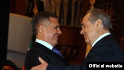 Outgoing President Mintimer Shaimiyev (right) embraces successor Rustam Minnikhanov at the inauguration ceremony.
