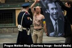 Отакар Ван Гемунд під час групового протесту у Празькому граді