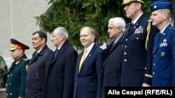 Printre participanţii la ceremonie (de la stânga la dreapta, în civil), ministrul apărării Valeriu Troenco, preşedintele Nicolae Timofti şi ambasadorul SUA William Moser