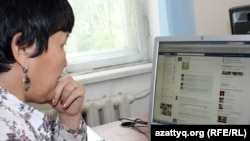 Facebook әлеуметтік желісін қарап отырған адам. Алматы, 23 сәуір 2012 жыл. (Көрнекі сурет)
