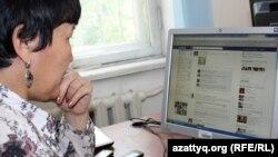Қазақстан тұрғыны Facebook әлеуметтік желісін қарап отыр. Алматы, 23 сәуір 2012 жыл.