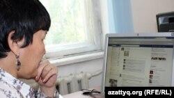 Женщина просматривает страничку в Facebook. Иллюстративное фото.