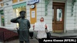 Елизавета Рудольф на пикете из-за отказа предоставить жилье сыну-ветерану