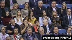 Аляксандар Лукашэнка з урадоўцамі і маладымі дзеўчынамі глядзяць тэніс. Ілюстрацыйнае фота.