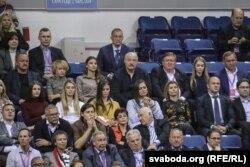 Сяргей Цяцерын (справа ад Аляксандра Лукашэнкі) падчас тэніснага матча на Кубак Фэдэрацыі. Лістапад 2017 году