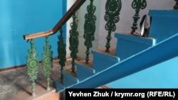 Чугунные балясины лестницы в подъезде