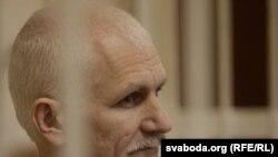 Құқық қорғаушы Алес Беляцкий сот залында тұр. Минск, 24 қараша, 2011 жыл.