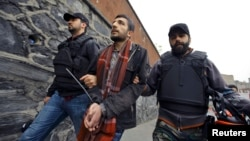 Թուրքիա – Ոստիկանությունը Թաքսիմի հրապարակի մերձակայքից բերման է ենթարկում ցուցարարի, Ստամբուլ, 1-ը մայիսի, 2015թ․