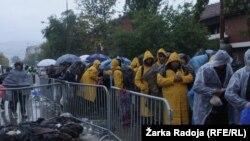 Čekanje na ulaz u Prihvatni kamp u Preševu
