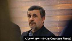 محمود احمدینژاد در پاسخ به بسیجیان: آدم دو تا بولتن بخواند و دو تا خبر به او بدهند، نمیتواند راجع به افراد قضاوت کند.