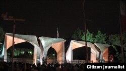 سردر دانشگاه تهران و جمعی از معترضان به نتایج انتخابات.