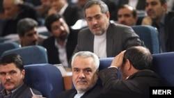 محمدرضا رحیمی، معاون اول رییس جمهور اسلامی ایران (نفر وسط) به فساد مالی و جعل مدرک دکترا متهم شده است.
