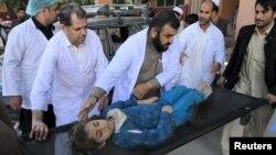 Ауғанстанның Джалалабад қаласында зілзаладан зардап шеккендер. 26 қазан 2015 жыл