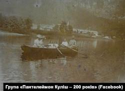 Український науковець Іван Пулюй із дружиною, доньками та їхньою учителькою на озері в Альпах, 1899 рік