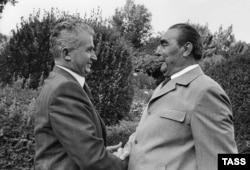 Николае Чаушеску (слева) и Леонид Брежнев могли лучезарно улыбаться друг другу, но отношения между Румынией и СССР были не лучшими. Ялта, 1976 год
