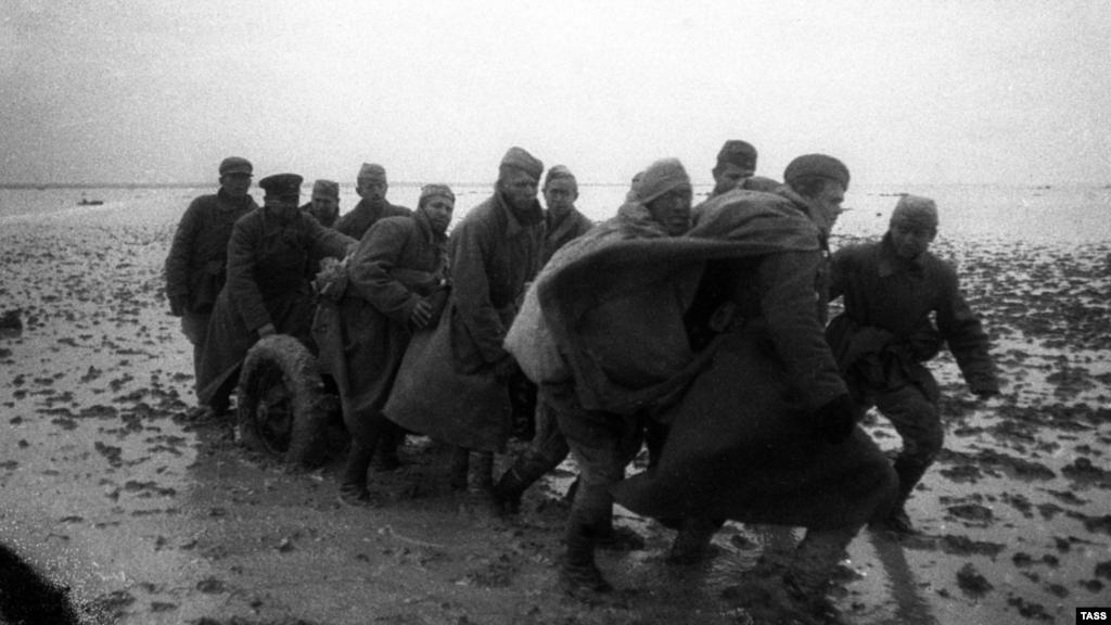 Згідно з даними радянських і російських істориків, Крим був звільнений нібито за 35 днів (у квітні-травні 1944 року), тоді як нацистам довелося витратити на завоювання півострова півтора року. Насправді вигнання окупантів з Криму почалося в листопаді 1943 року зі взяття Перекопу на півночі й Ельтігена на сході. Потім німецькі війська зупинили радянську армію, вона відновила наступ лише через пів року. На фото: форсування Сиваша військами 4-го Українського фронту, листопад 1943 року