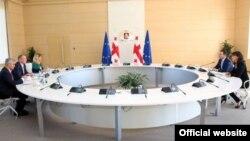 Делегация должна доложить Европарламенту о том, как Грузия выполняет обязательства, взятые в рамках договора об ассоциации с ЕС. То, что докладчики приехали задавать вопросы, а не делать заявления, стало ясно из повестки дня – многочисленные встречи и ни одной пресс-конференции