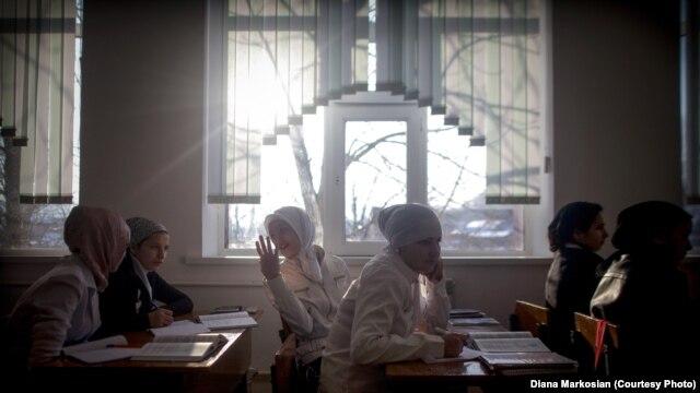 Яңа канун өлгесе Русия төбәкләрендәге мөслимә укучыларны борчуга сала