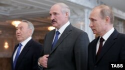 Belarus -- Russian President Vladimir Putin, his Kazakh and Belarusian counterparts Nursultan Nazarbaev and Alyaksandr Lukashenka pose prior a session of the Supreme Eurasian Economic Council in Minsk, April 29, 2014