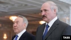 Президент Казахстана Нурсултан Назарбаев (слева) и президент Беларуси Александр Лукашенко.