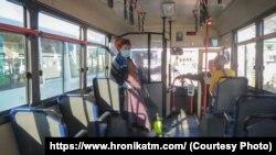 В Ашхабаде городские автобусы начали обрабатывать раствором хлора в качестве санитарной меры против распространения в стране коронавируса COVID-19.
