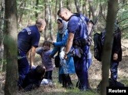 Угорська поліція затримує мігрантів, що дісталися до країни крізь загорожу