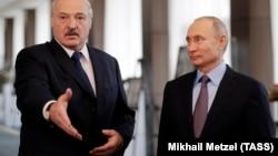 Belarus və Rusiya prezidentləri Alyaksandr Lukashenka (solda) və Vladimir Putin