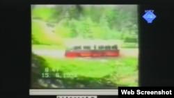 Snimka autobusa u kojem su ubijeni zatočenici prikazana na suđenju Ratku Mladiću, 26. rujan 2012.