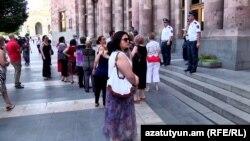Акция протеста жителей домов возле ярмарки на улице Фирдуси перед зданием правительства Армении, Ереван, 20 июля 2017 г.