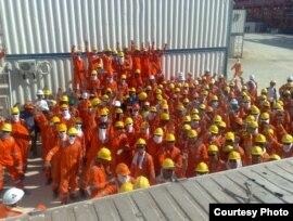 Consolidated Contractors Company жұмысшылары ереуіл кезінде. D аралы, Қашаған, Каспий теңізі, 3 тамыз 2010 жыл