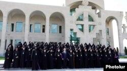 Участники Епископального собрания и президент Армении Серж Саргсян в день открытия Собора, Первопрестольный Святой Эчмиадзин, 24 сентября 2013 г.