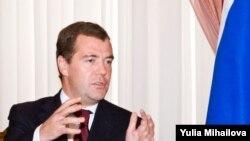 Dmitri Medvedev mimînd fantoma ameninţării