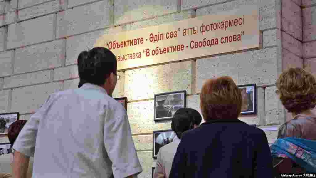 Фотовыставка охватывает 30-летний отрезок времени - от фотографий, запечатлевших участников выступления казахской молодежи в декабре 1986 года, до снимков задержаний протестующих в Алматы, которые в мае 2016 года собирались выйти на протест «по земельному вопросу».