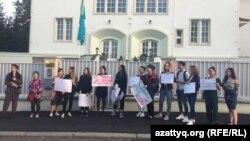 Молодые люди проводят акцию у здания посольства Казахстана в Чешской Республике в поддержку активистов Асии Тулесовой и Бейбарыса Толымбекова. Прага, 24 апреля 2019 года.