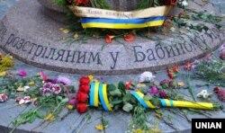 Квіти біля пам'ятника дітям, розстріляних у Бабиному Яру (ілюстраційне фото)