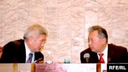 В заочном противостоянии премьера Кулова (слева) и президента Бакиева пострадал спикер