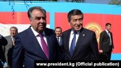 Президент Таджикистана Эмомали Рахмон и президент Кыргызстана Сооронбай Жээнбеков (справа) во время встречи в Ворухе. 26 июля 2019 года.