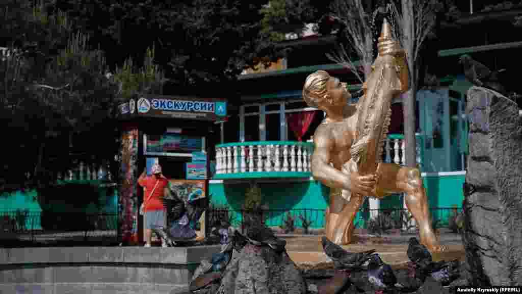 Голуби «приймали душ» під знаменитою скульптурою «Рибак»