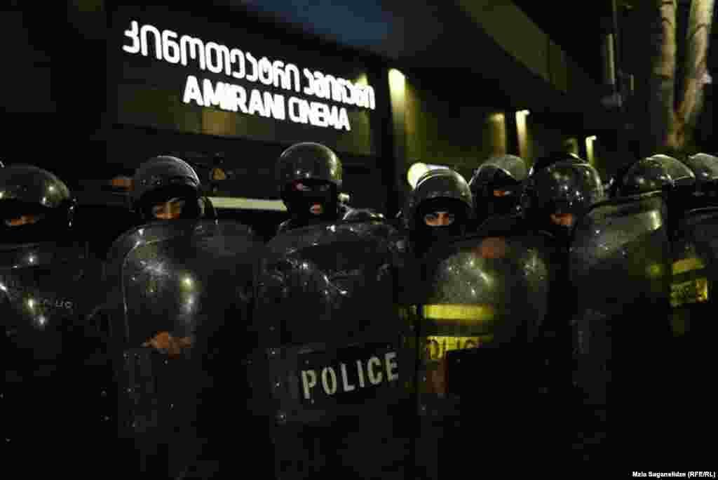 Полиция охраняет тбилисский кинотеатр «Амирани» во время показа.