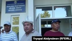 Медер Усенов - в центре