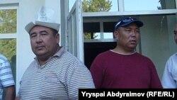 Медер Усенов (справа). Перед зданием областной администрации в Джалал-Абаде, 31 мая