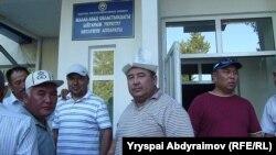 Жалал-Абад облустук бийлигинин имаратына кирип баргандар,31-май, 2013.