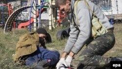 Пророссийский сепаратист, раненный при осаде аэропорта Донецка, получает медицинскую помощь, 7 октября 2014 года.