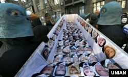 Революція гідності, Київ, 6 лютого 2014 року. Члени «Руху Гая Фокса» під час акції «Похорон Партії регіонів» біля штабу партії у столиці України